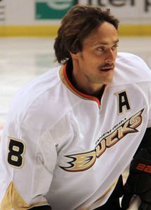 Teemu Selanne got off to an amazing start in his 20th season. (Hockeybroad/Cheryl Adams/Wikimedia Commons)